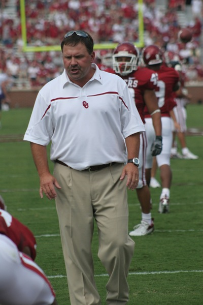 9 September 2006: Oklahoma offensive coordinator Kevin Wilson works with his players before the start of the Sooners'  37-20 victory over the Washington Huskies at Owen Field in Norman, OK.