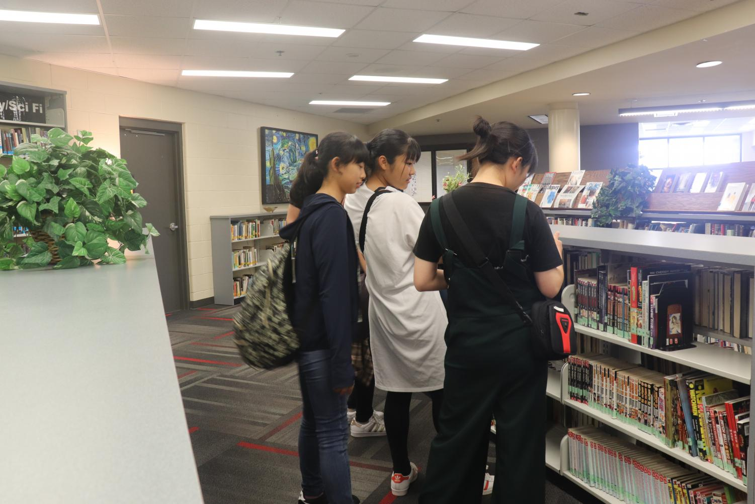 Japanese+students+visit+the+library+in+Elkhorn.+The+Elkhorn+High+library+contains+more+books+than+most+Japanese+high+schools.